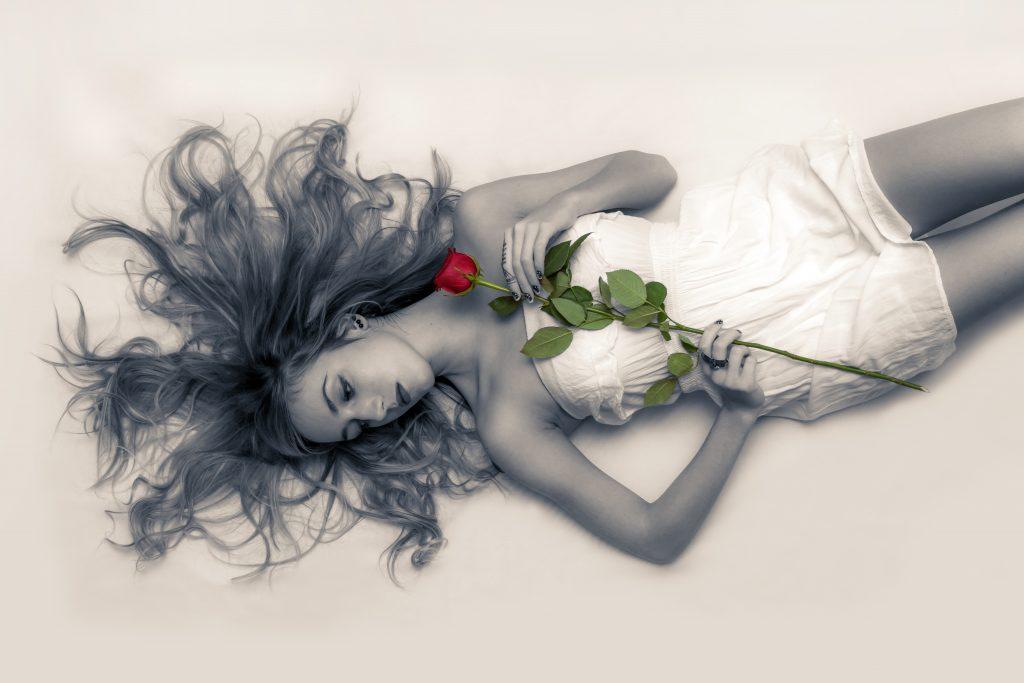 恋愛 失敗 バラ 横たわる 女性