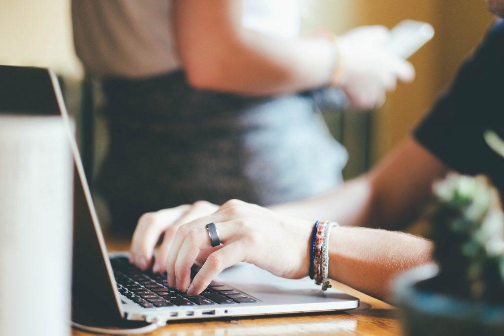 オフィスでパソコンをする女性