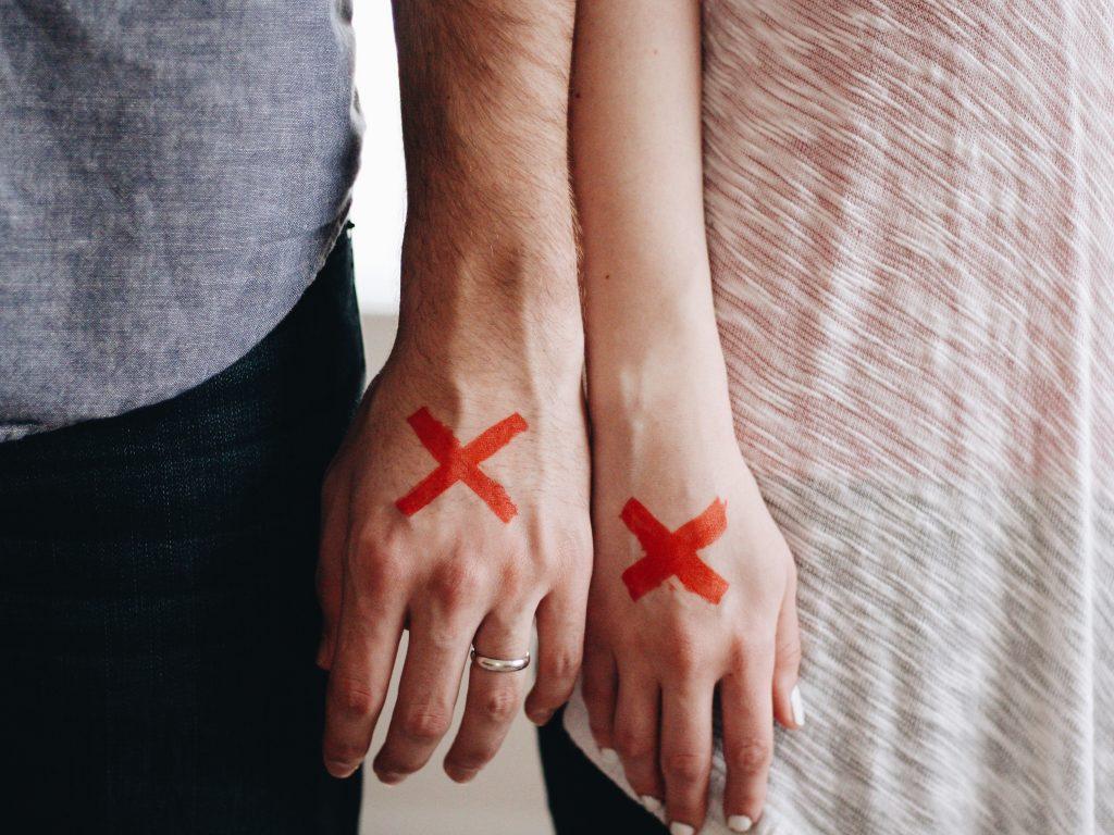 手を繋がないカップル