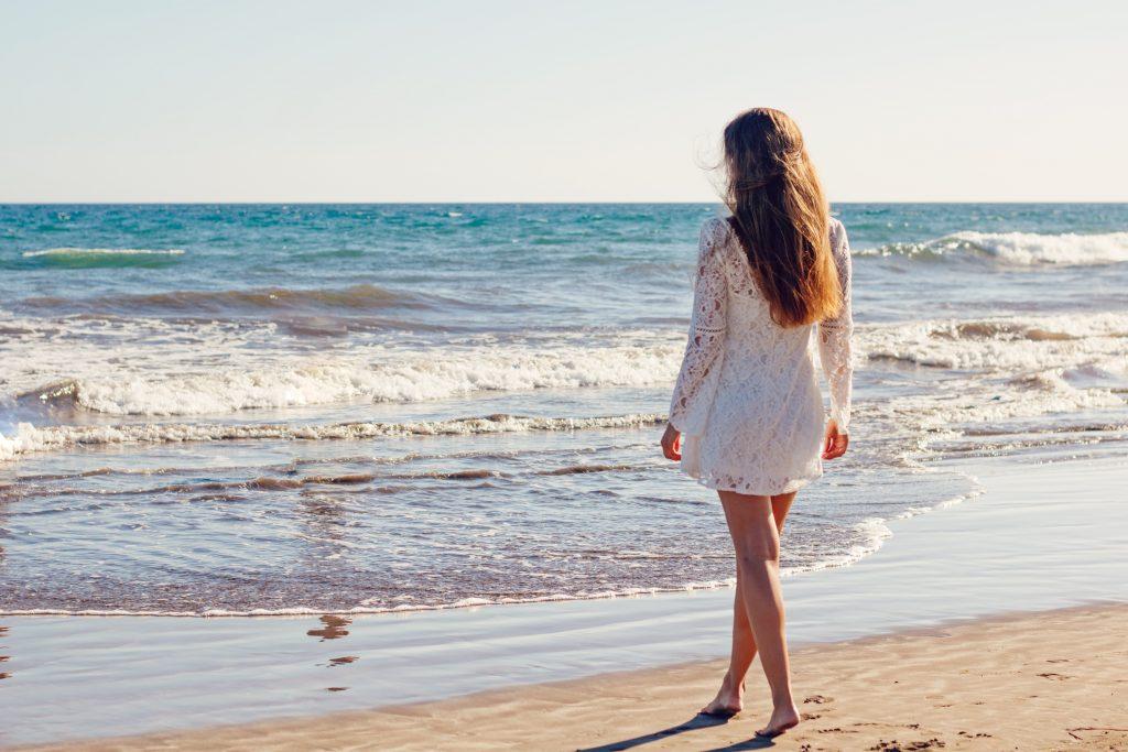海辺に女性